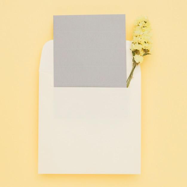 Elegancki szablon karty ślubu w kopercie