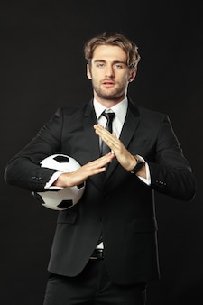 Elegancki trener z piłką nożną
