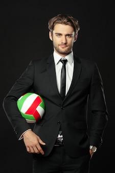 Elegancki trener z piłką