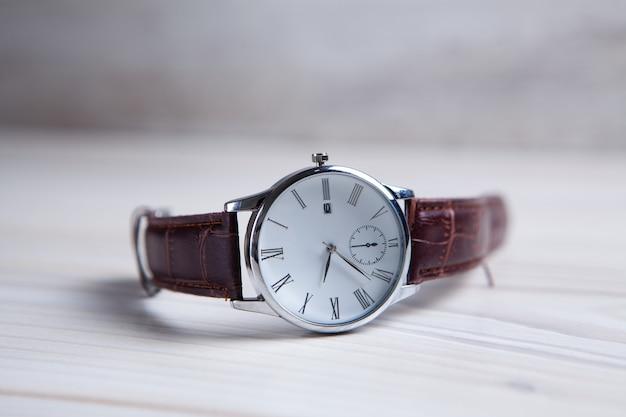 Elegancki zegarek na rękę z bliska