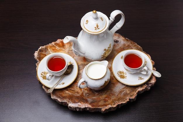 Elegancki zestaw kawowy na ekskluzywnej tacy wykonanej z cięcia starożytnego skamieniałego drewna