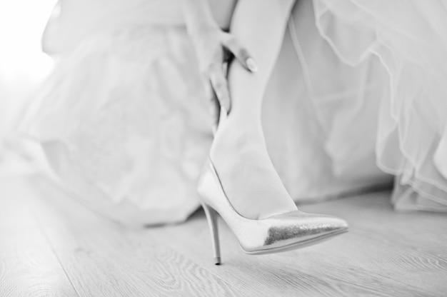Eleganckie białe buty ślubne na poranek panny młodej.