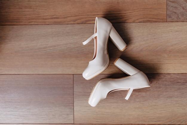 Eleganckie buty damskie na uroczystości i wesela, stroje ślubne i detale