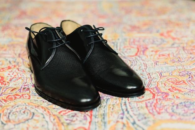 Eleganckie ciemne męskie buty