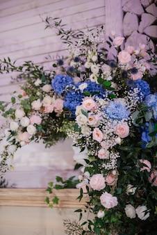 Eleganckie dekoracje ślubne wykonane z naturalnych kwiatów i zielonych elementów