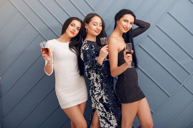 Eleganckie dziewczyny świętują w studio