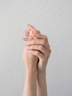 Eleganckie i pełne wdzięku dłonie ze smukłymi wdzięcznymi palcami