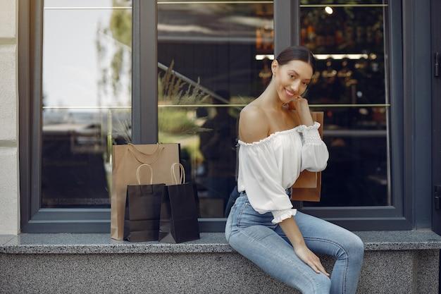 Eleganckie i stylowe dziewczyny na ulicy z torbami na zakupy