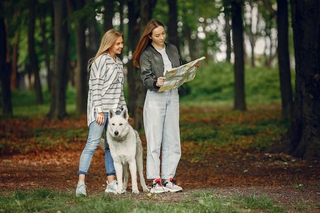 Eleganckie i stylowe dziewczyny w lesie