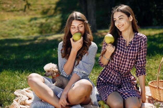 Eleganckie i stylowe dziewczyny w wiosennym parku