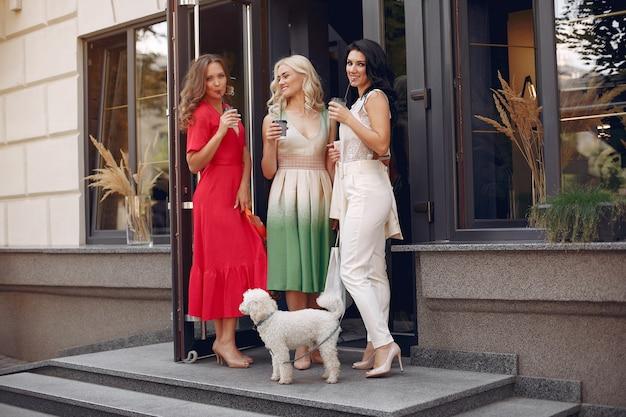 Eleganckie kobiety z torbami na zakupy w mieście