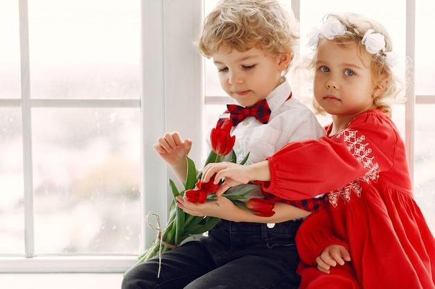 Eleganckie małe dzieci z bukietem tulipanów