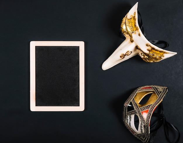 Eleganckie maski w pobliżu tablicy