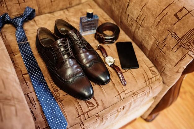 Eleganckie męskie buty ślubne w porannym pana młodego.