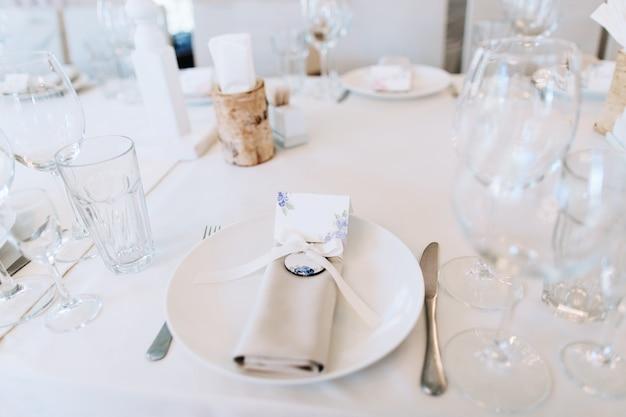 Eleganckie nakrycie stołu weselnego ze sztućcami