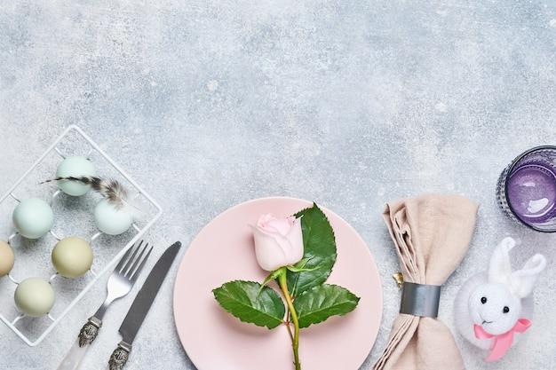Eleganckie nakrycie stołu z różowym talerzem ozdobionym kwiatami róż