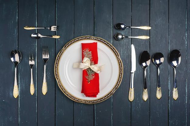 Eleganckie nakrycie stołu z świątecznym wystrojem