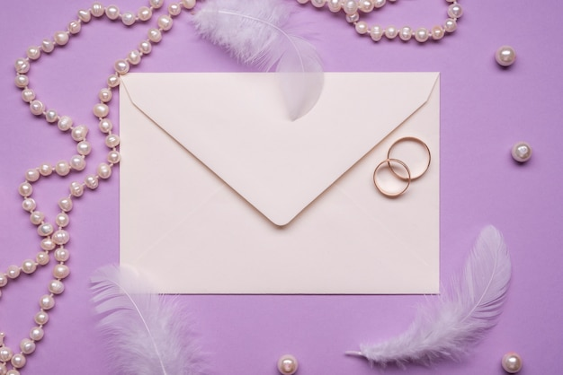 Eleganckie obrączki z perłami na stole