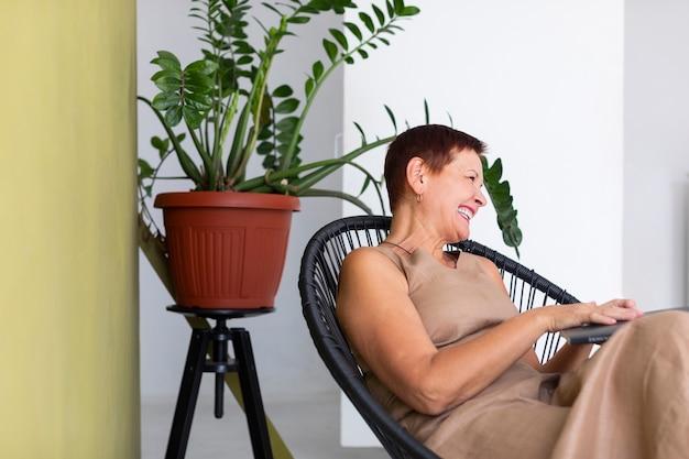 Eleganckie pozytywne starsza kobieta śmieje się