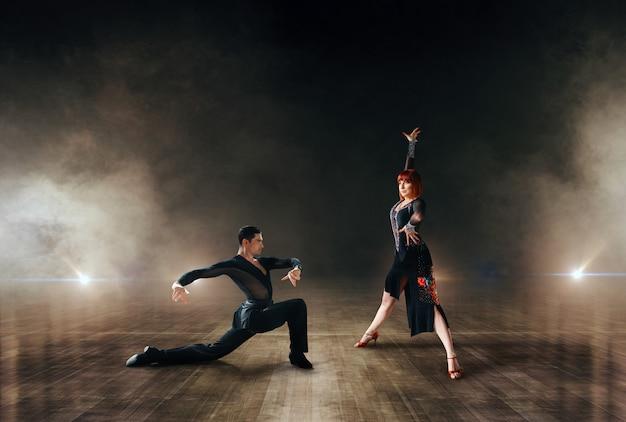Eleganckie tancerki, latynoski taniec balowy na scenie.