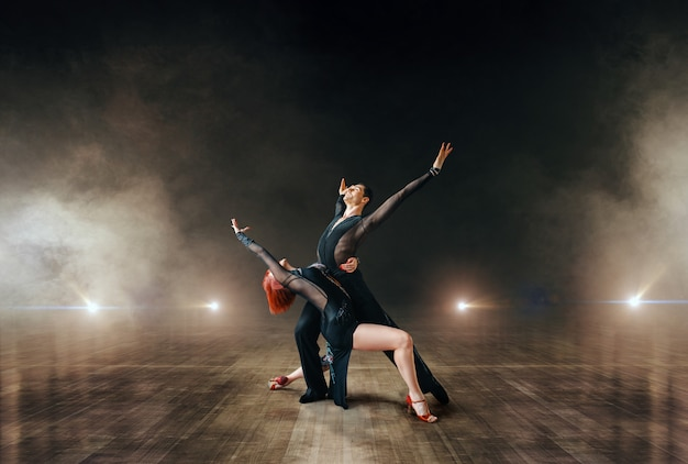 Eleganckie tancerki, taniec balowy na scenie.