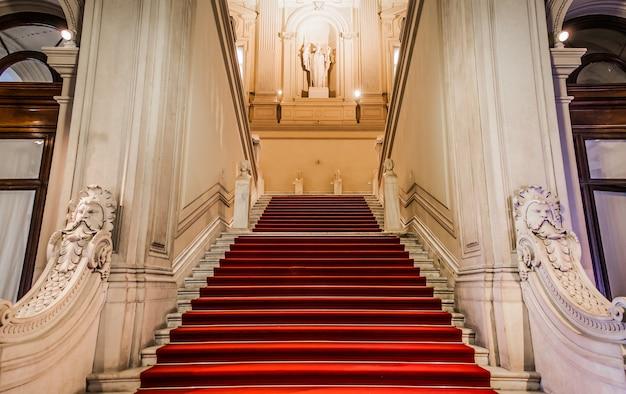 Eleganckie wejście w starym włoskim pałacu.