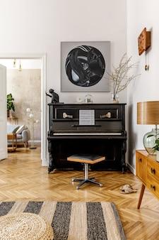 Eleganckie wnętrze salonu z czarnym fortepianem, meblami, rośliną, kwiatem, drewnianym zegarem, lampą, makietami, dywanem, dekoracją i akcesoriami osobistymi w nowoczesnym wystroju domu.