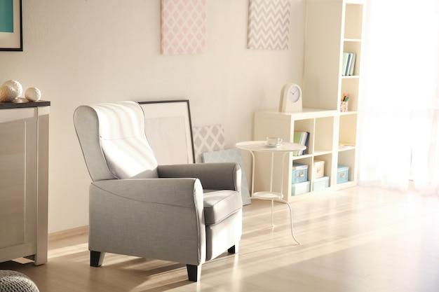 Eleganckie wnętrze salonu z wygodnym fotelem