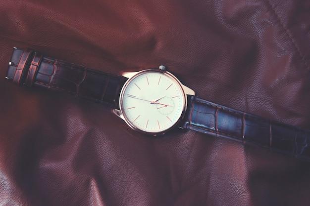 Eleganckie zbliżenie zegarka na skórzanym stole