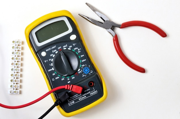 Elektro naprawa z multimetrem