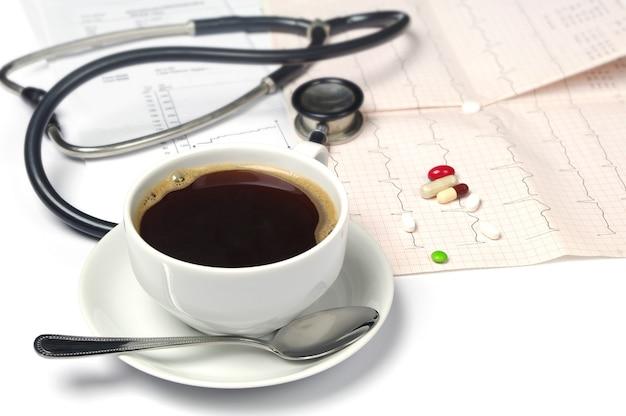 Elektrokardiogram ze stetoskopem i filiżanką kawy