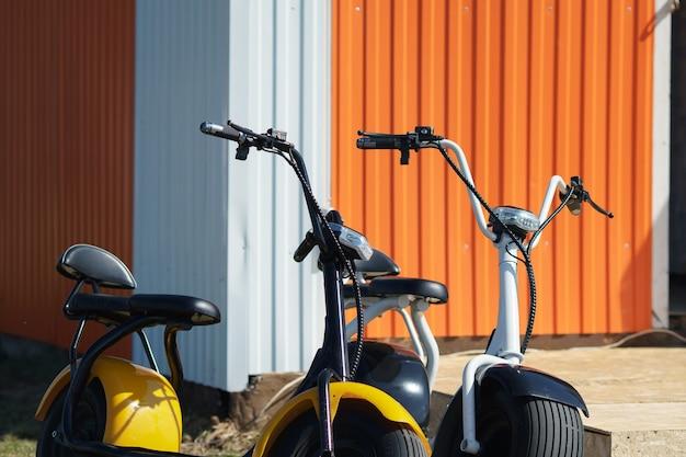 Elektromedyki w różnych kolorach na parkingu.