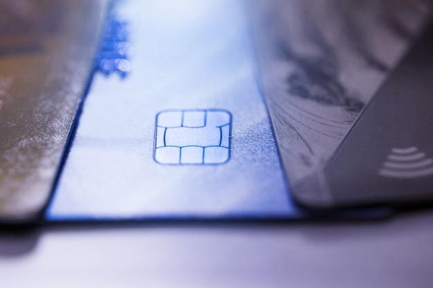Elektroniczna bezdotykowa karta kredytowa z mikroprocesorem selektywnej ostrości. makro karty kredytowej.
