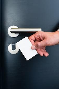 Elektroniczna karta dostępu do drzwi pokoju w nowoczesnym hotelu