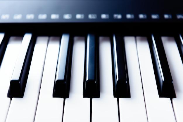 Elektroniczna klawiatura pianina do grania i nagrywania muzyki w studio