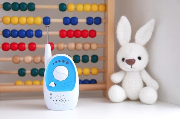 Elektroniczna niania i zabawki na półce