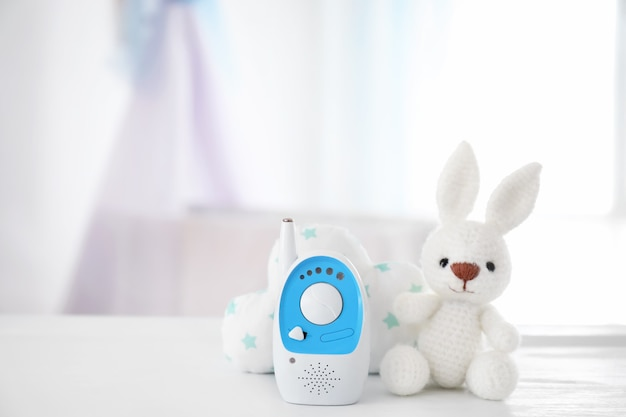 Elektroniczna niania i zabawki na stole w pokoju. niania radiowa