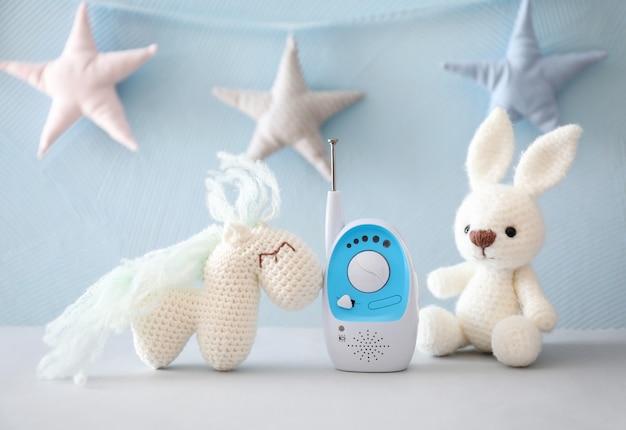 Elektroniczna niania i zabawki na stole
