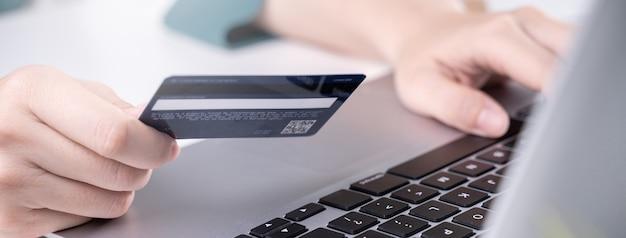 Elektroniczna płatność za zakupy w domu za pomocą karty kredytowej