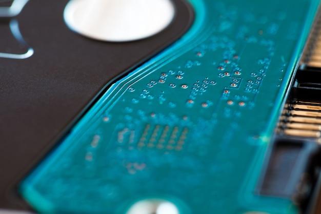 Elektroniczna płytka drukowana zielona na dysku twardym hdd, makro, efekt bokeh, selektywne ustawianie ostrości