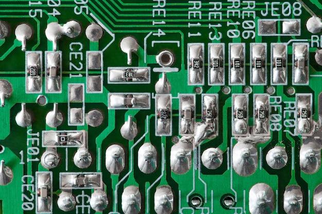 Elektroniczna płytka drukowana zielona z lutowaniem punktowym, zbliżenie makro