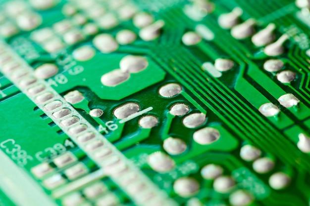 Elektroniczna płytka drukowana zielona z miedzianymi ścieżkami, makro zbliżenie, efekt bokeh