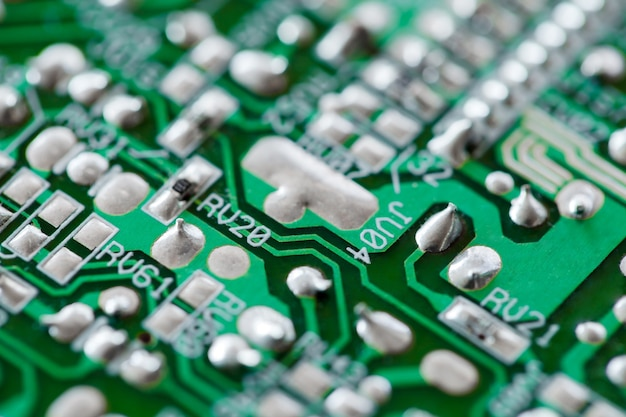 Elektroniczna płytka drukowana zielona z miedzianymi ścieżkami, makro zbliżenie, selektywne ustawianie ostrości