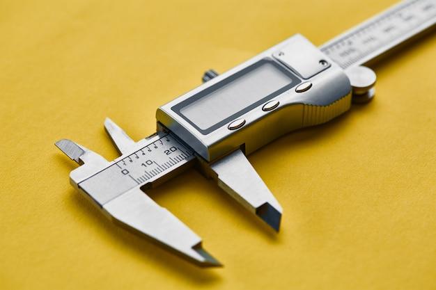 Elektroniczna suwmiarka noniuszowa. profesjonalny przyrząd pomiarowy, sprzęt stolarski, narzędzia pomiarowe