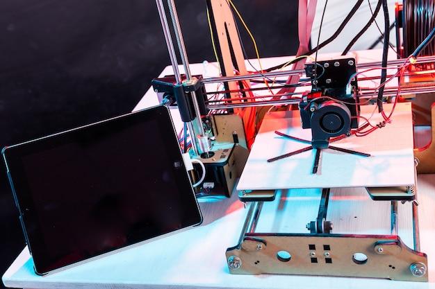 Elektroniczna trójwymiarowa drukarka plastikowa podczas pracy w szkolnym laboratorium, drukarka, drukarnia.