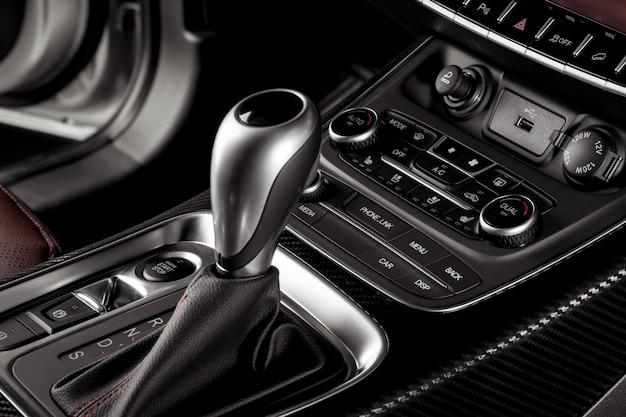 Elektroniczna zmiana biegów z bliska w nowym samochodzie z przyciskiem start stop i elektronicznym hamulcem ręcznym
