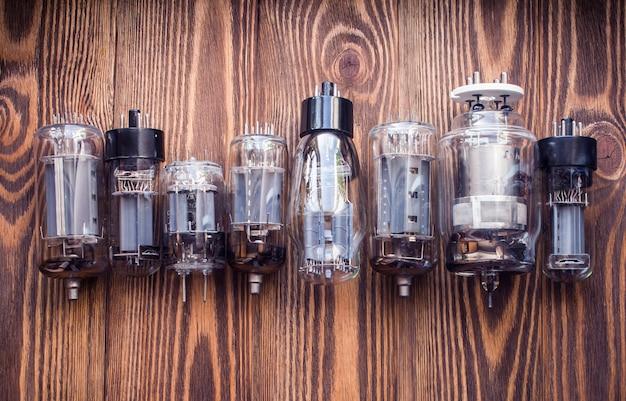 Elektroniczne lampy próżniowe na drewnie