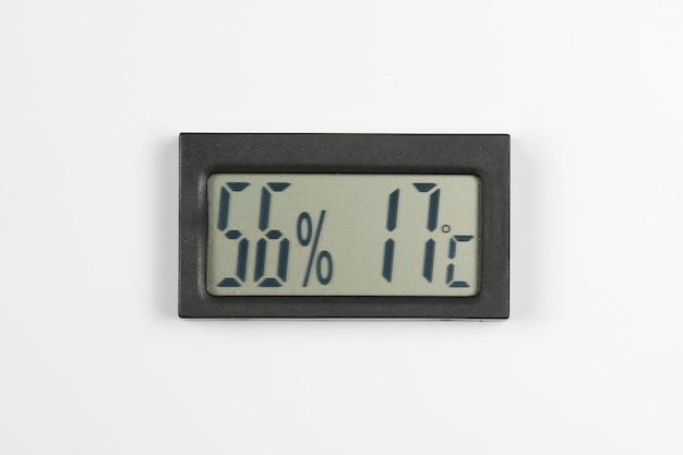 Elektroniczny miernik wilgotności i temperatury na białym tle