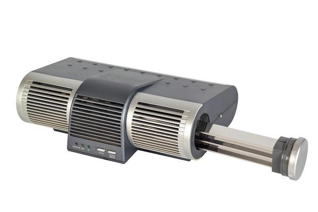 Elektroniczny oczyszczacz powietrza z jonizatorem i wentylatorem. na białym tle.