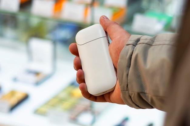 Elektroniczny papieros jest w rękach mężczyzny.